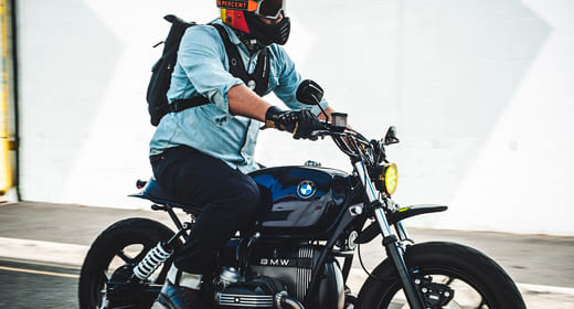 Атрибутика BMW — спортивный стиль одежды