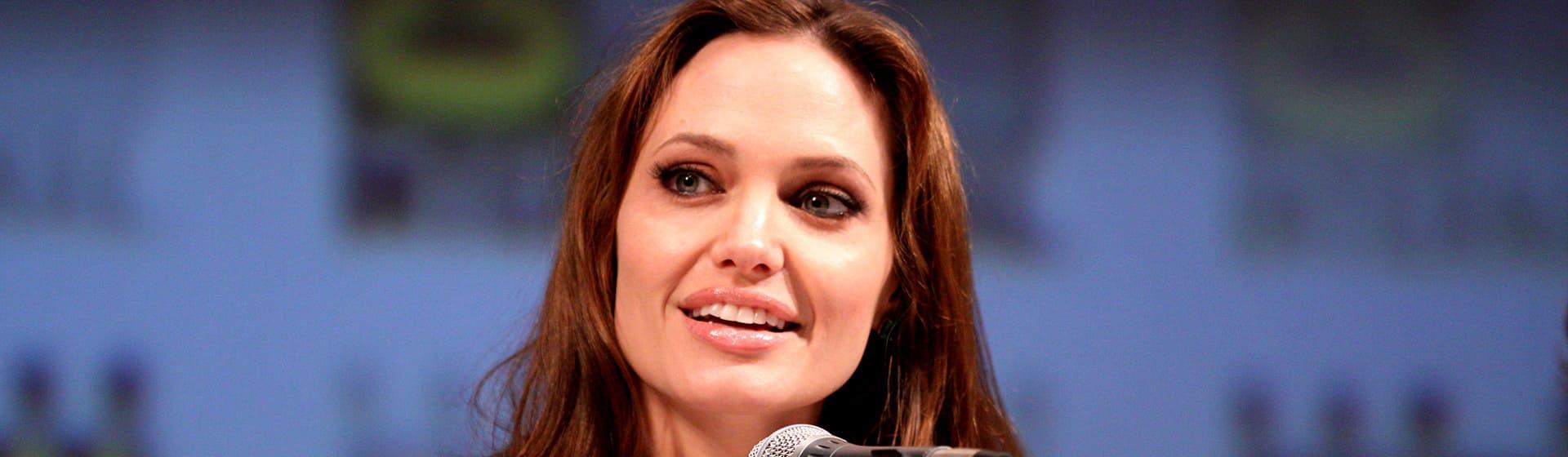Анджелина Джоли - Мерч и одежда с атрибутикой